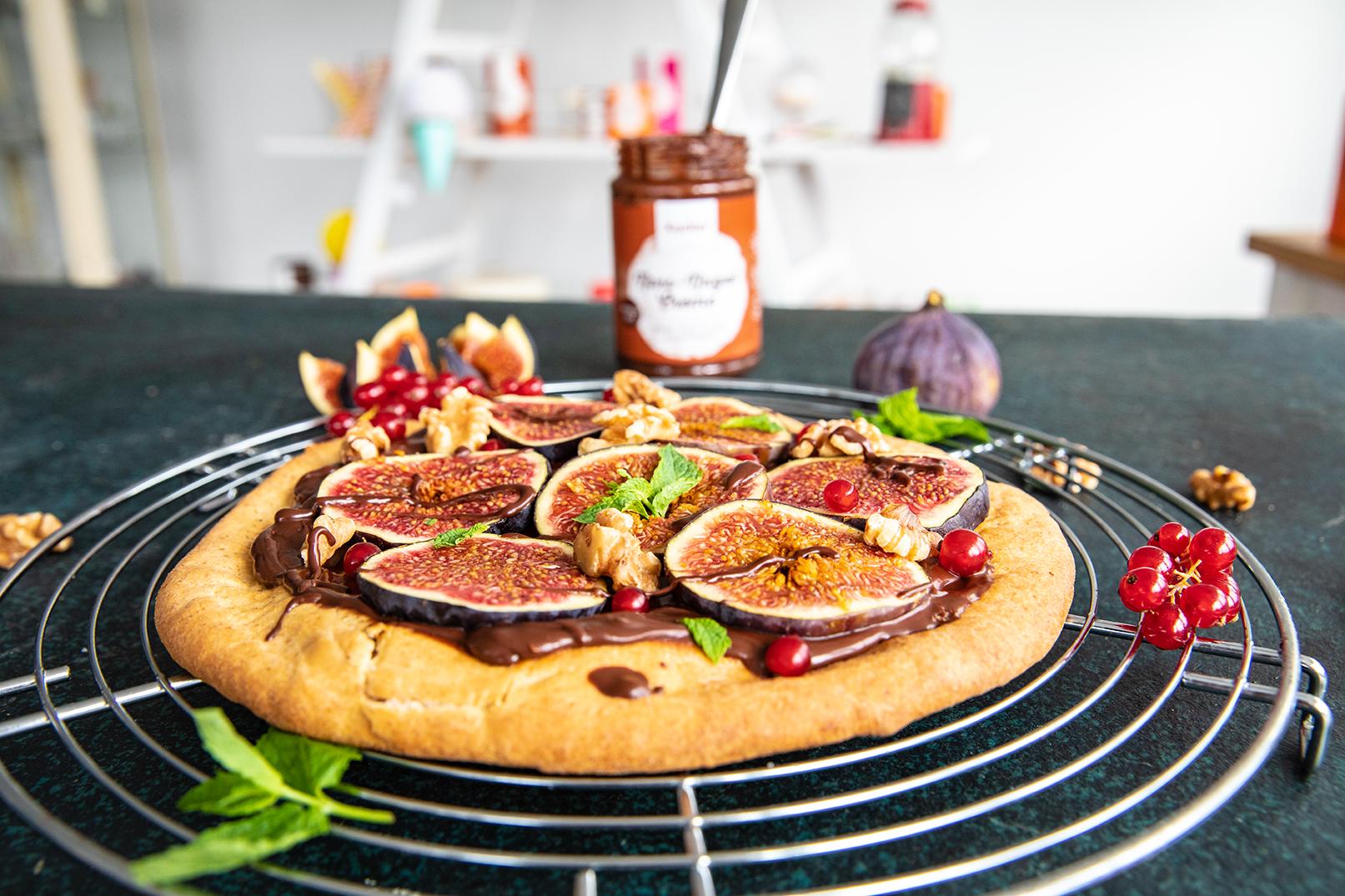 Süße Pizza mit Schoko und Feigen